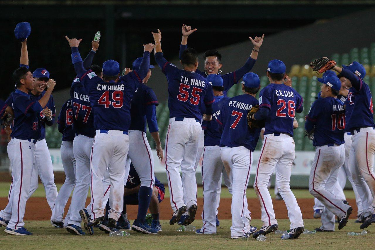 中華隊上回在亞錦賽奪冠是2001年,對手同樣是日本,當時還是用鋁棒打敗木棒,今年...