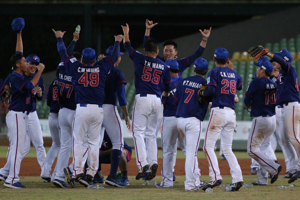 中華隊上回在亞錦賽奪冠是2001年,對手同樣是日本,當時還是用鋁棒打敗木棒,今年