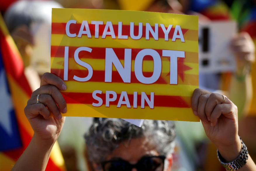 許多加泰隆尼亞人認為西班牙政府針對加泰隆尼亞的政治進行迫害,因而引發大規模的示威...