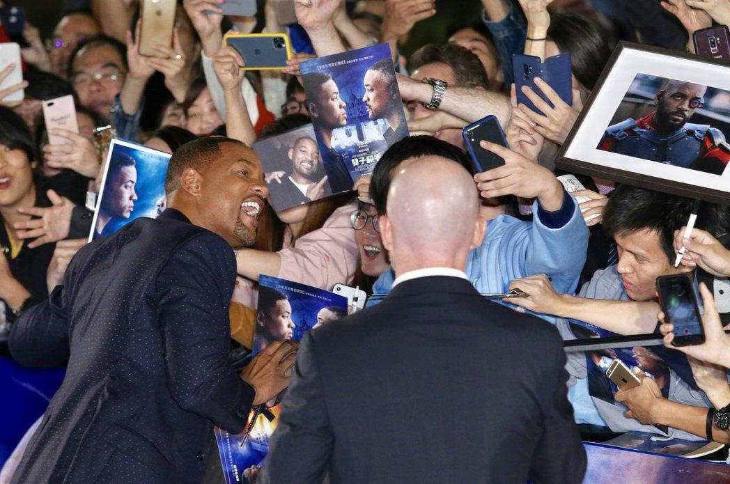 好萊塢巨星威爾史密斯(左)晚上出席「雙子殺手」紅毯首映,與粉絲互動自拍。記者林伯...