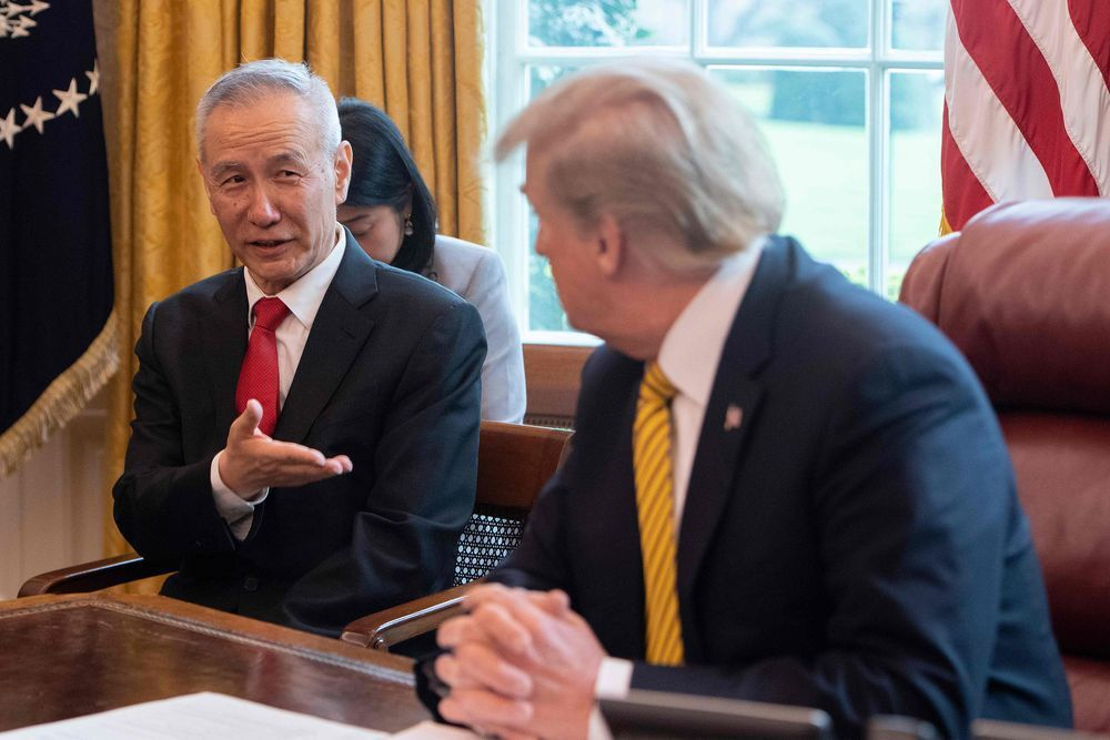 川普(右)在白宮接見中國大陸國務院副總理劉鶴(左)。(法新社)