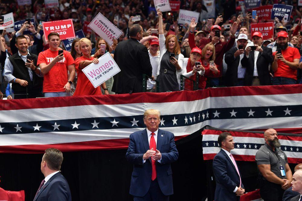 川普於17日晚間在達拉斯美洲航空中心舉辦「讓美國繼續偉大」集會,誇大場內外參加人...