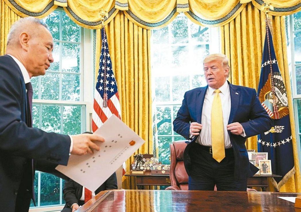 大陸副總理劉鶴(左)日前在白宮與美國總統川普會面,並轉交中國大陸國家主席習近平信...