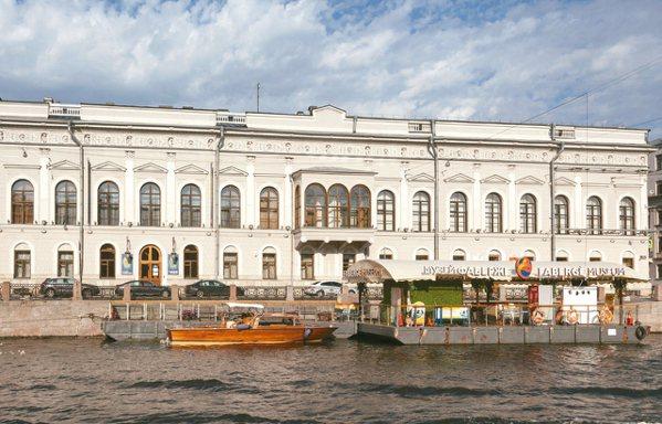 美國好萊塢影星阿諾史瓦辛格2010年以加州州長身份造訪俄羅斯時,接受俄羅斯Ren...