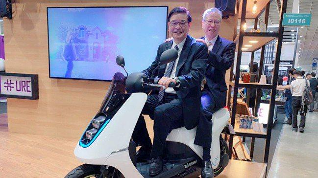 聯合再生執行長潘文輝(前)在此次能源展中推出氫能機車,後坐者是董事長洪傳獻。圖/...