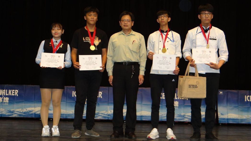super_team西餐超級團隊菁英組-高中職金牌選手與頒獎者合影。  南應大 ...