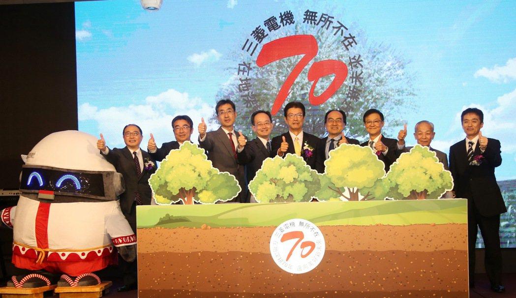 三菱電機企業吉祥物電寶(左起)、攝陽企業董事長稻葉元和、台灣三菱電梯董事長高駿殿...