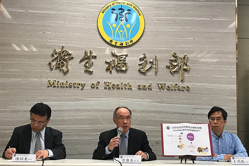 國衛院生藥所所長陳炯東(左起)、院長梁賡義、助研究員王鴻俊。 國衛院/提供