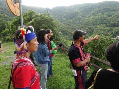 高士部落耆老向記者們解說山中故事與部落發展歷程。 戴佑真/攝影