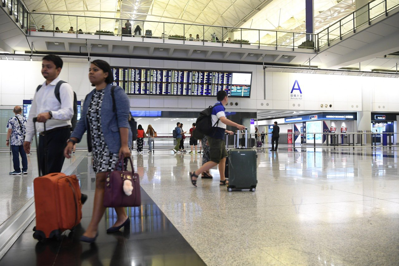 9月份香港國際機場航空交通量數字,上月機場客運量為490萬人次,飛機起降量達3萬...
