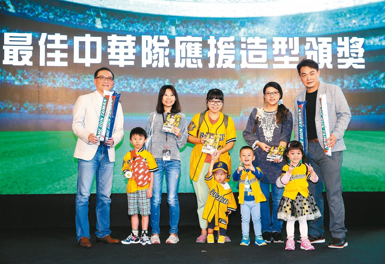 「恰恰」彭政閔(右)與中國信託金控總經理吳一揆(左)一同出席中國信託品牌形象影片...