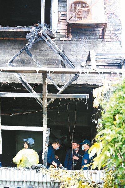 新北市鶯歌區德昌二街一處民宅凌晨發生火災,屋主鳳鳴國小校長夫妻不幸罹難。 記者侯...