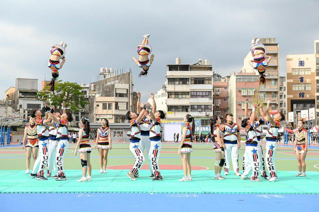 啦啦隊精彩的空中拋轉演出。 健行科大/提供。