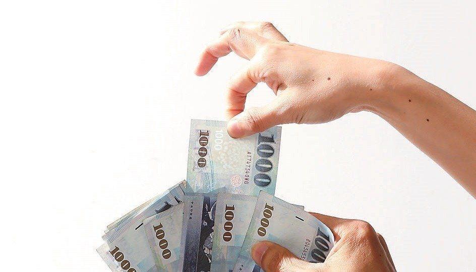 「小額終老保險」一推出就受到歡迎,連保險局官員人人都買,最大原因就是保費較便宜,...