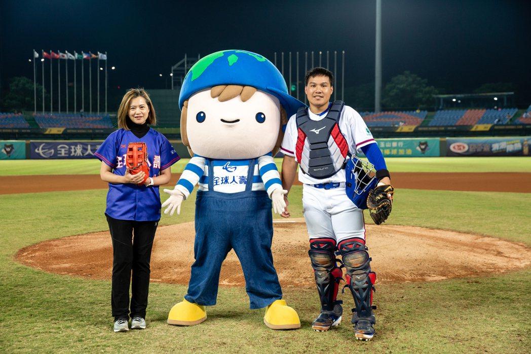 全球人壽贊助亞洲棒球錦標賽,由副董事長林文惠(圖左)上場開球,親自為當日賽事揭開...