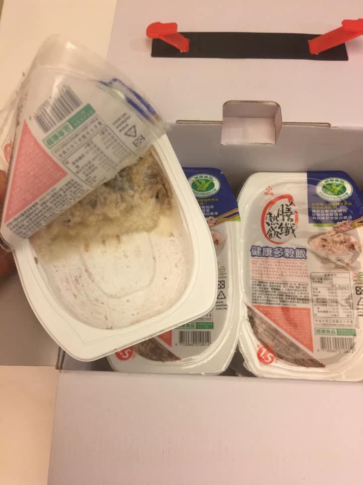 男網友表示在賣場買了一箱多穀飯回家,其中一盒已經被拆開還吃了一半。圖擷自「Coc...
