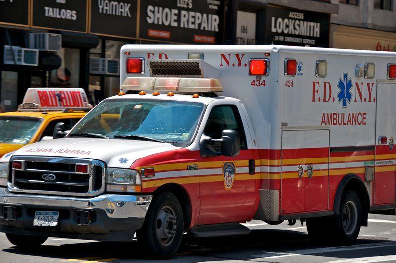 房客因身型肥胖,搬家時還得出動救護車。圖擷自dailynews
