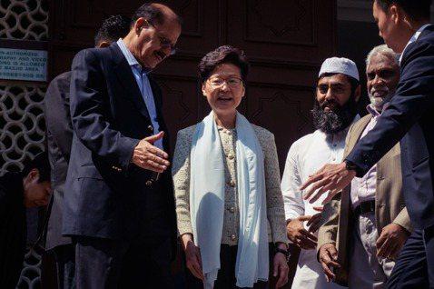 香港特首林鄭月娥親自前往九龍清真寺,登門解釋昨日的「意外」並致歉。不過會談30分...