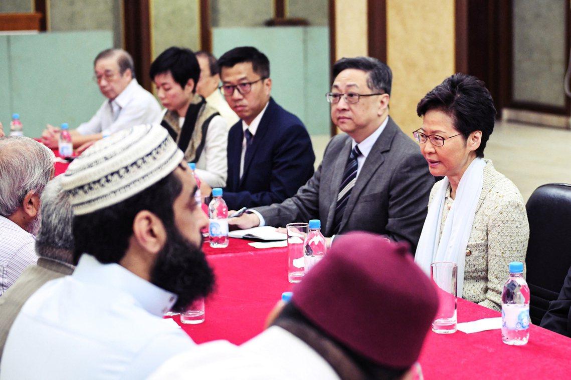 根據清真寺首席教長Muhammad Arshad所說,林鄭是特地前來登門「誠摯道...