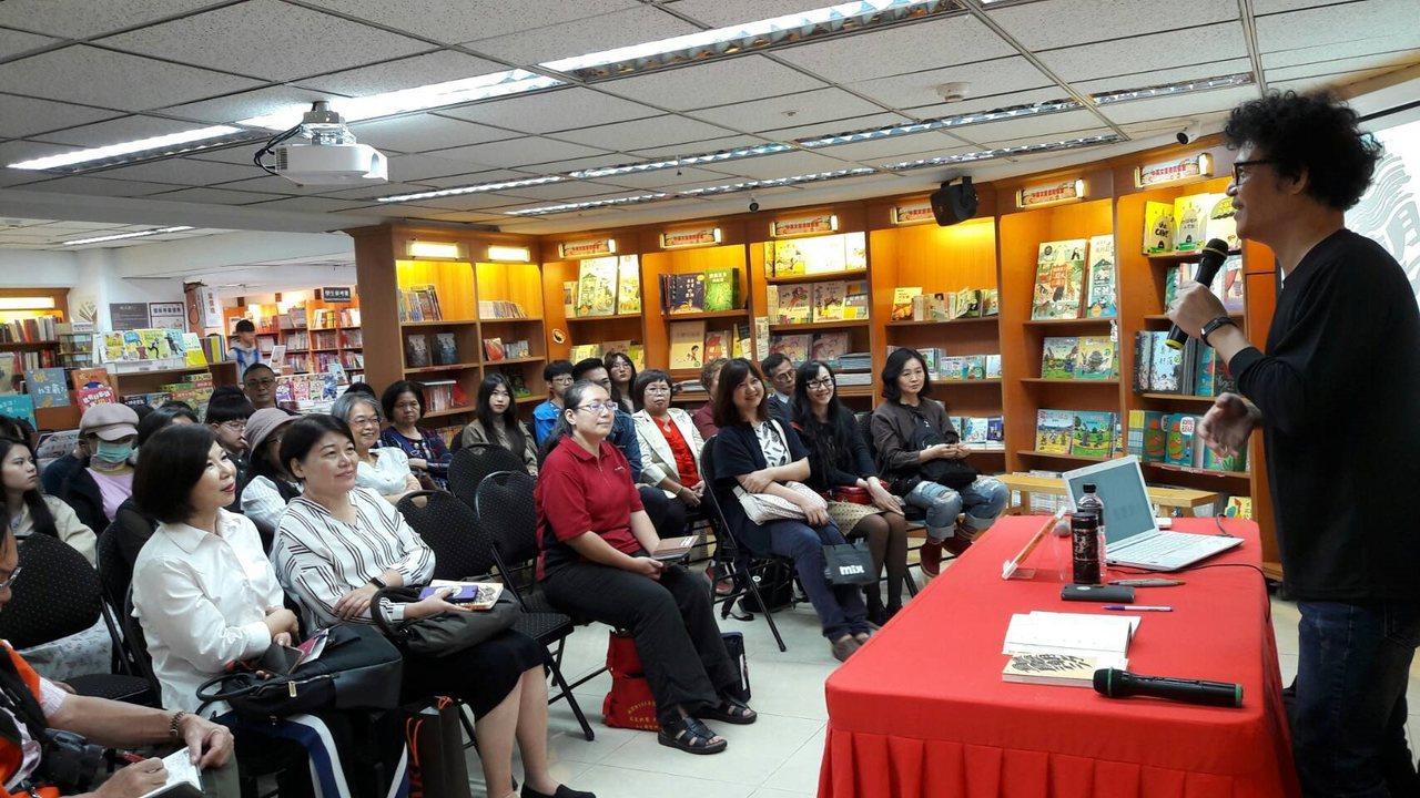 吳鈞堯與分享會現場書迷朋友一起回憶重慶南路書街的美好日子。(圖/聯合文學 提供)