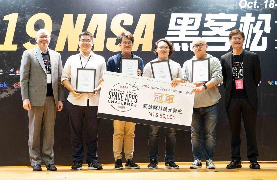 2019NASA黑客松台北場的冠軍由隊伍「ET760」勝出,由AIT副處長谷立言...