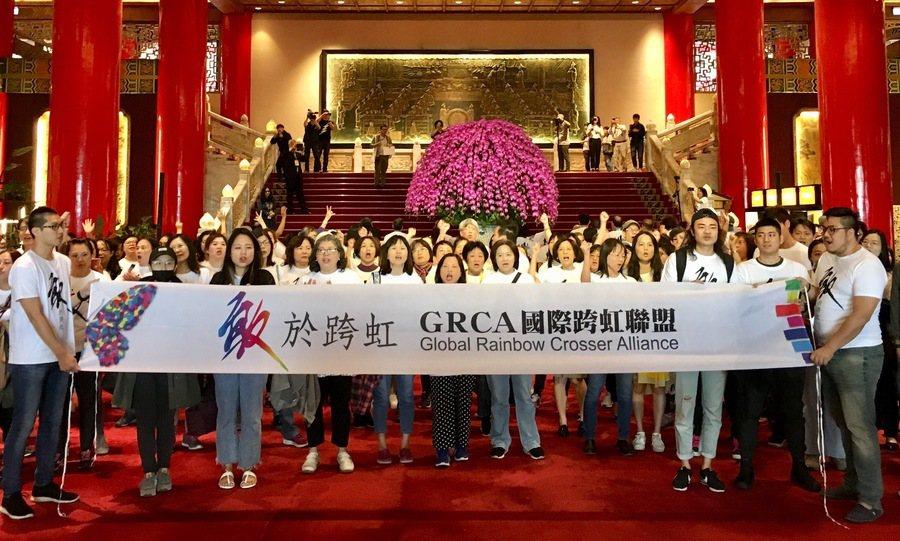 「跨虹者」21日於圓山大飯店以快閃活動提出訴求。(施凱文/台灣醒報)