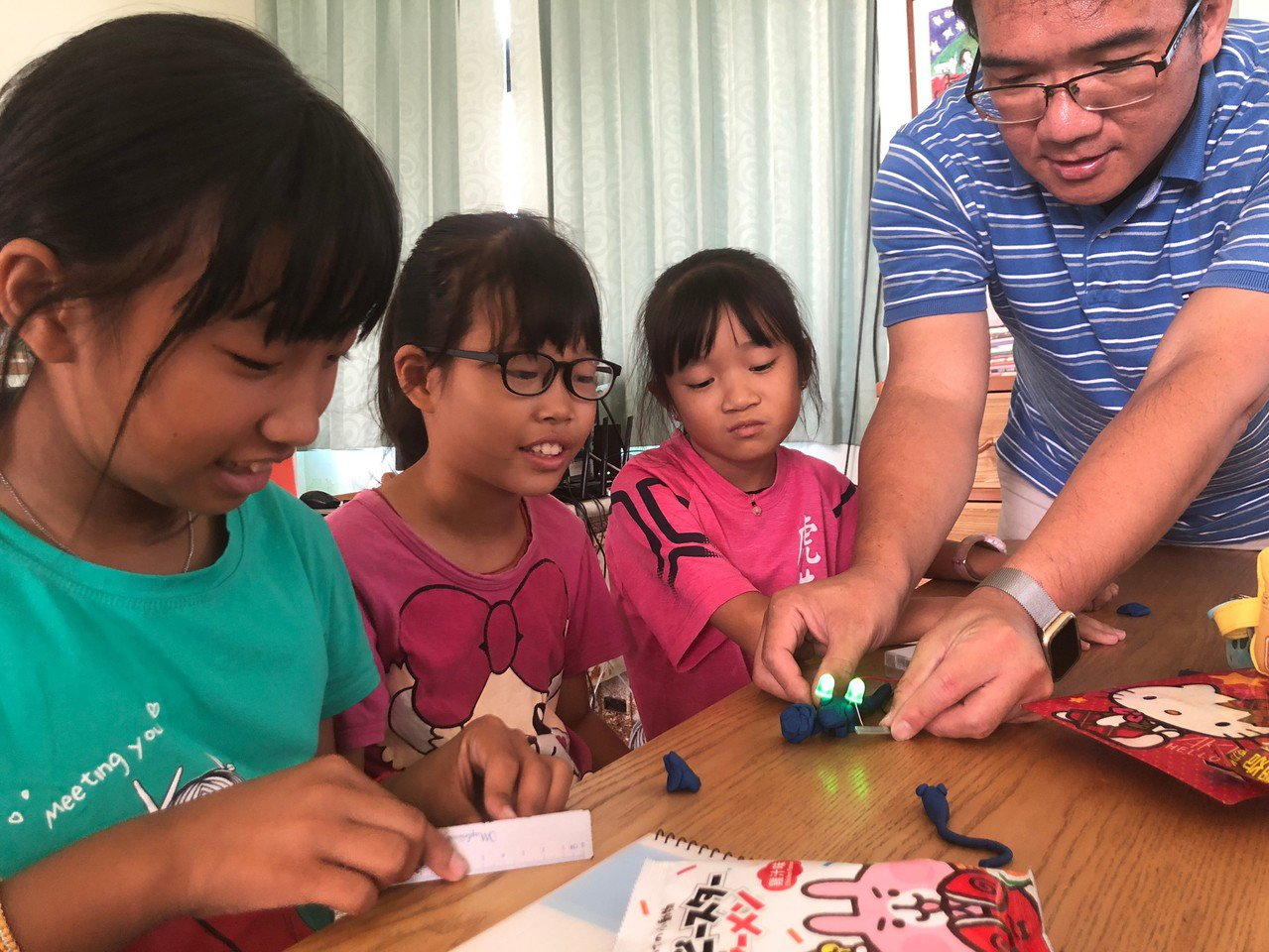 科教館團隊來到澎湖,帶領虎井國小學生體驗黏土導電。圖/科教館提供
