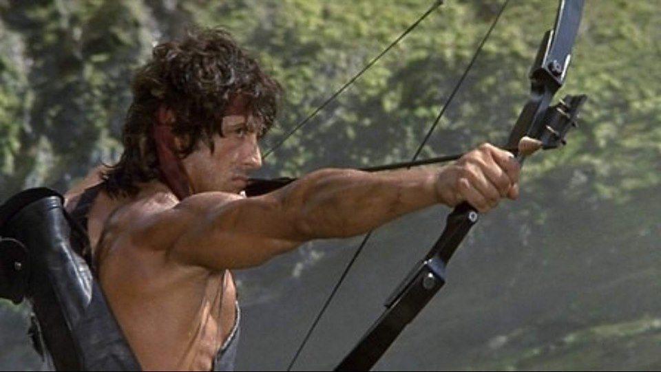 藍波到「第一滴血續集」才開始拉弓射箭。圖/摘自imdb