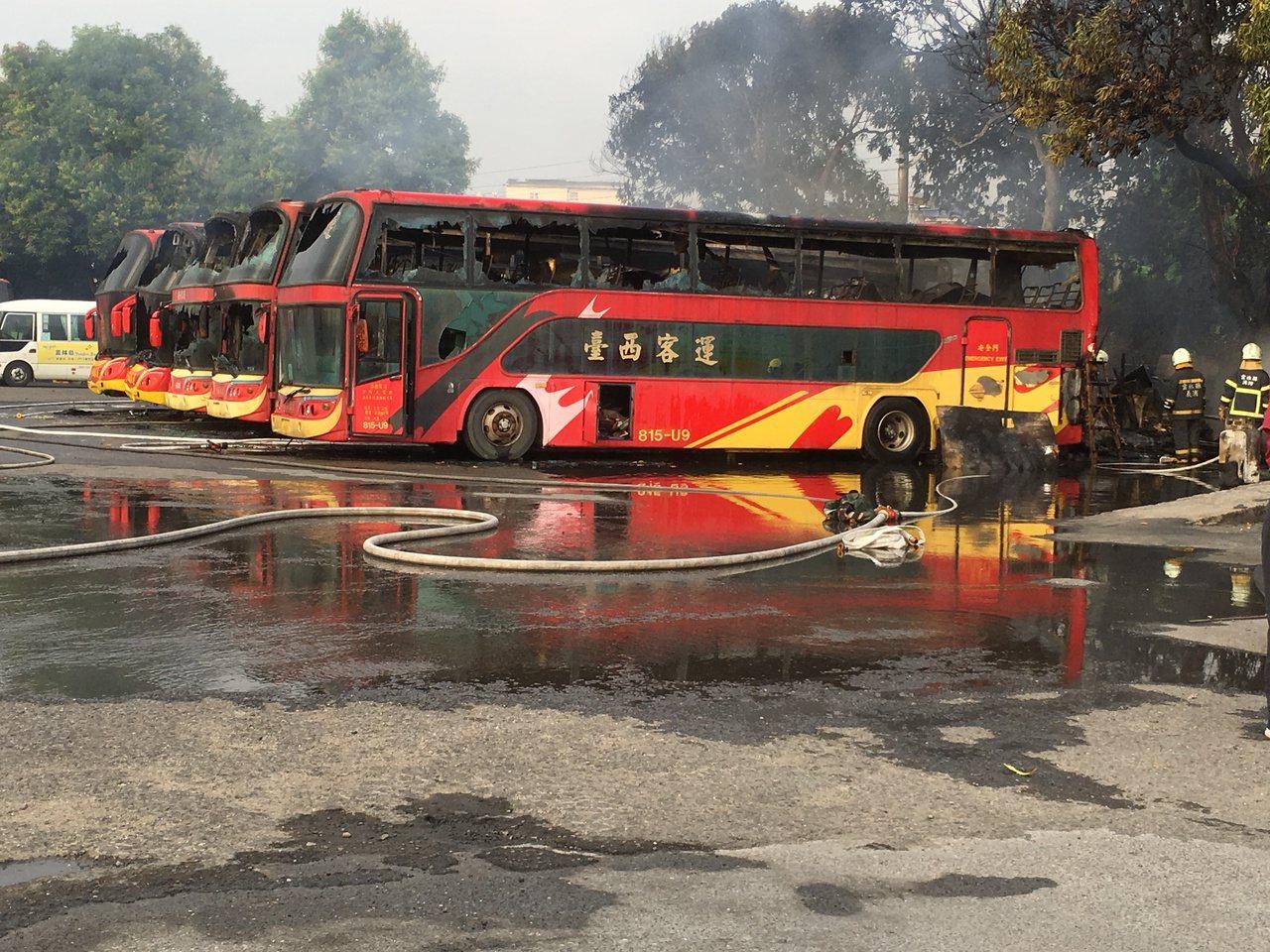 斗六台西客運雲林站停車場今晨大火,5輛未掛牌報廢遊覽車付之一炬。記者陳雅玲/攝影
