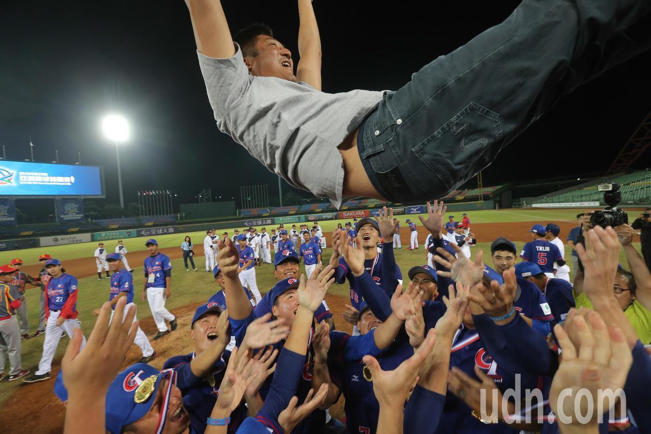 棒協理事長辜仲諒被中華球員拋起慶祝。記者黃仲裕/攝影