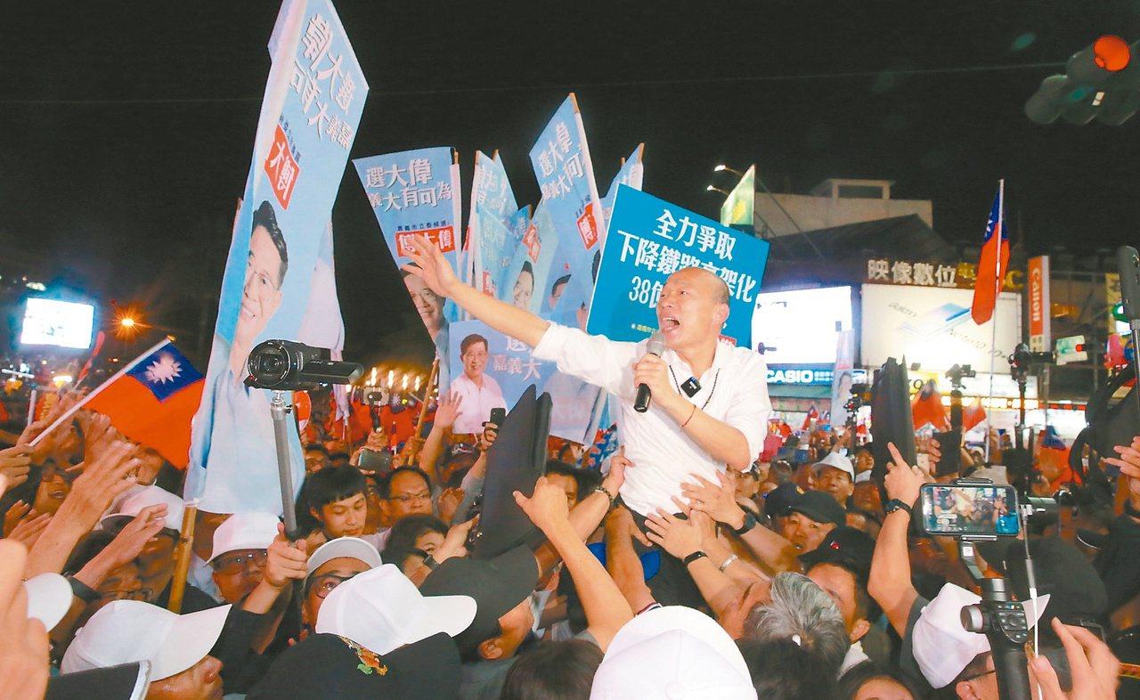 韓國瑜昨晚原本打算逛嘉義市文化路夜市,但被支持者塞爆,只停留不到十分鐘決定折返,...