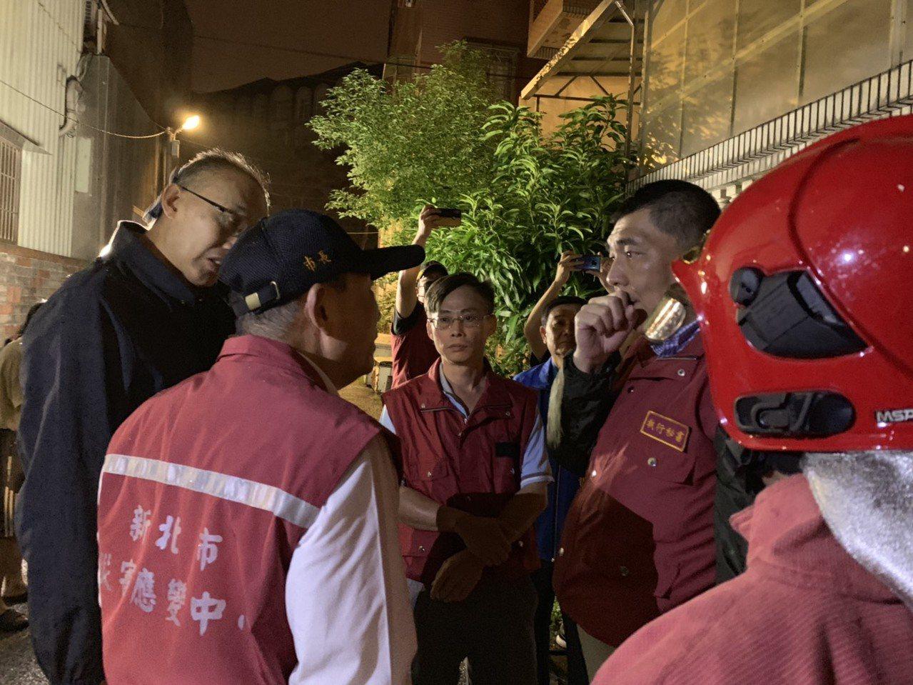 新北市鶯歌區德昌二街一處民宅,今凌晨1點多發生火警,造成50歲的鳳鳴國小校長曾俊...