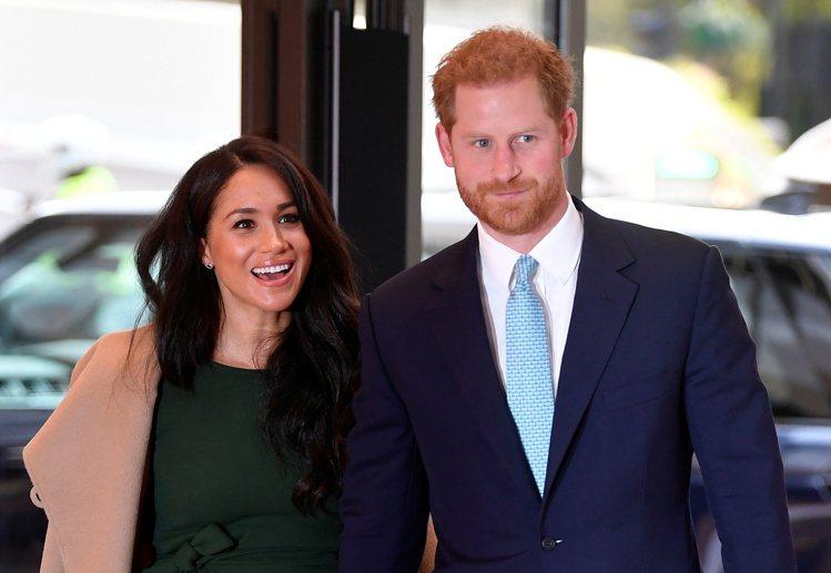 英國的哈利王子(右)在20日播出的紀錄片中受訪,首度承認和兄長威廉王子之間的緊張...