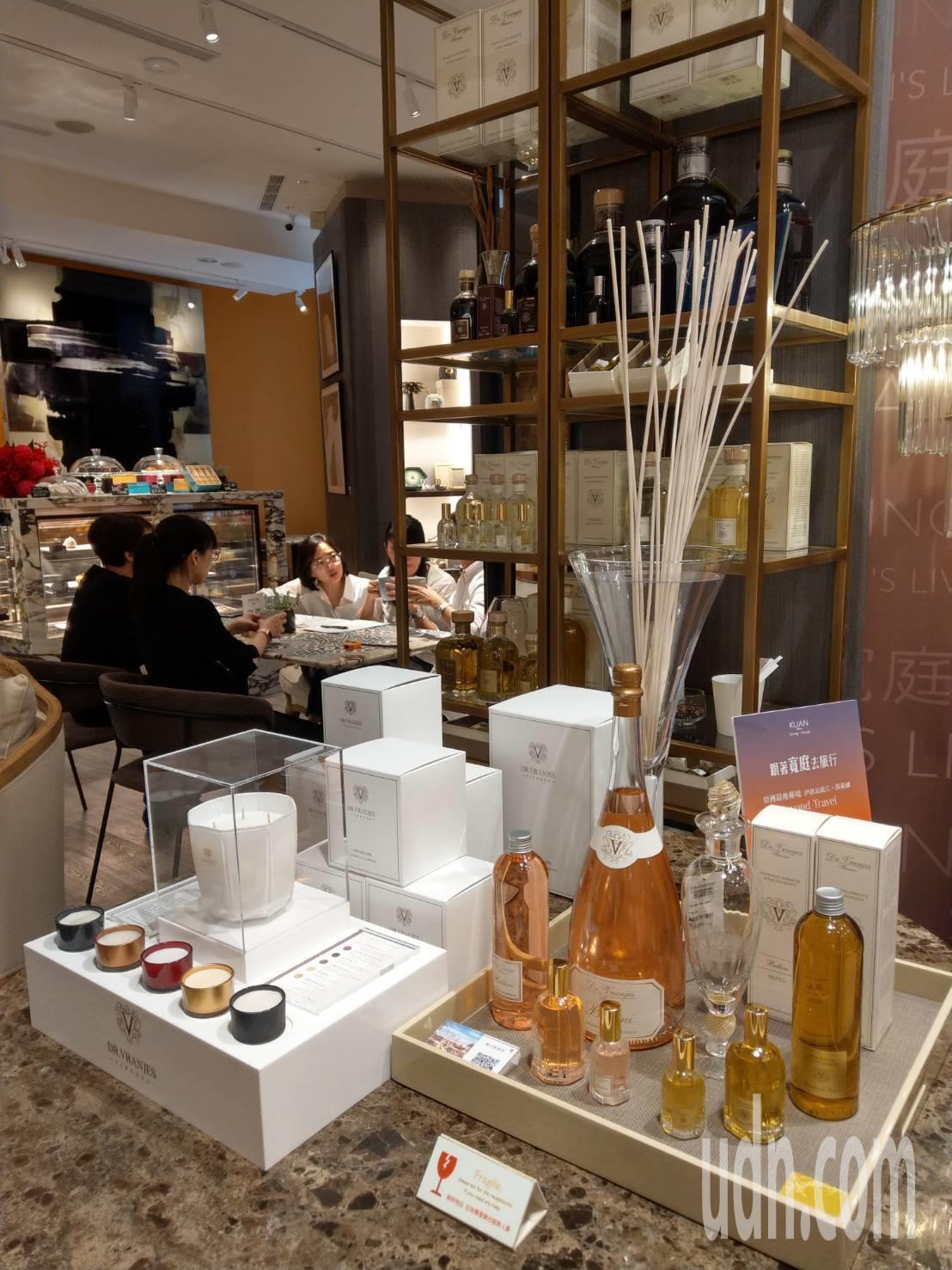 複合式概念店許多女性就是衝著可以欣賞家飾用品來喝咖啡 。記者謝梅芬/攝影