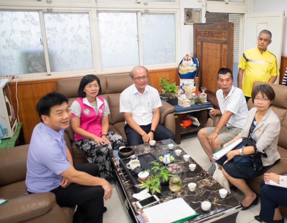 校長曾俊凱(左1)這個月初與立委蘇巧慧(左2)共同爭取到上百萬經費要翻修學校老舊...