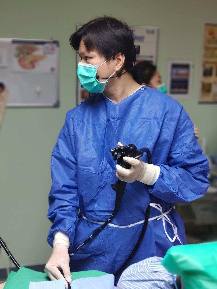 義大醫院內視鏡科醫師李青泰,使用新型內視鏡為女高中生切開食道治療,終於讓她可以正...