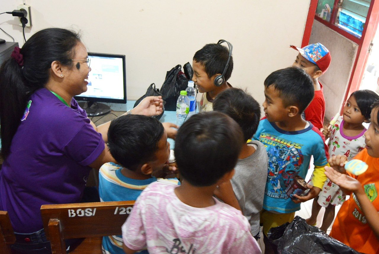 台科大行動工程師團隊協助印尼偏鄉小學建置網路。圖/台科大提供