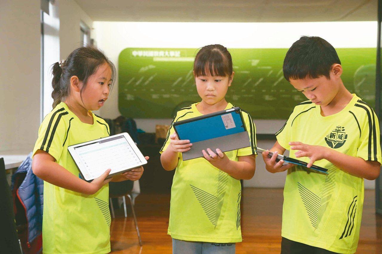 教育部表示,去年已要求師資培育大學把ICT融入師培課程,國中生參與線上平台課程學...
