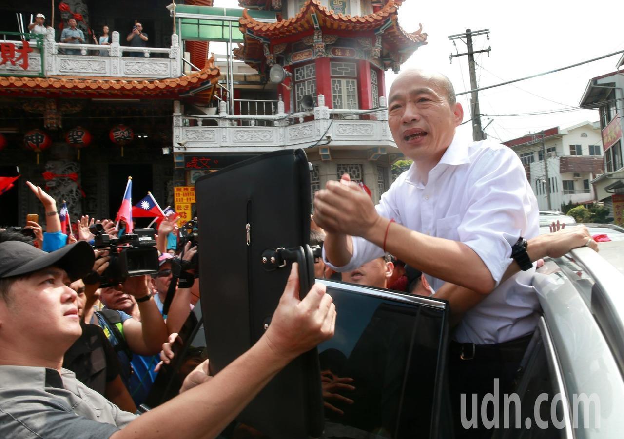 韓離去登車揮手向民眾致意時,安全人員為防止「蛋襲」,也在兩侧高舉防彈盾牌來擋雞蛋...
