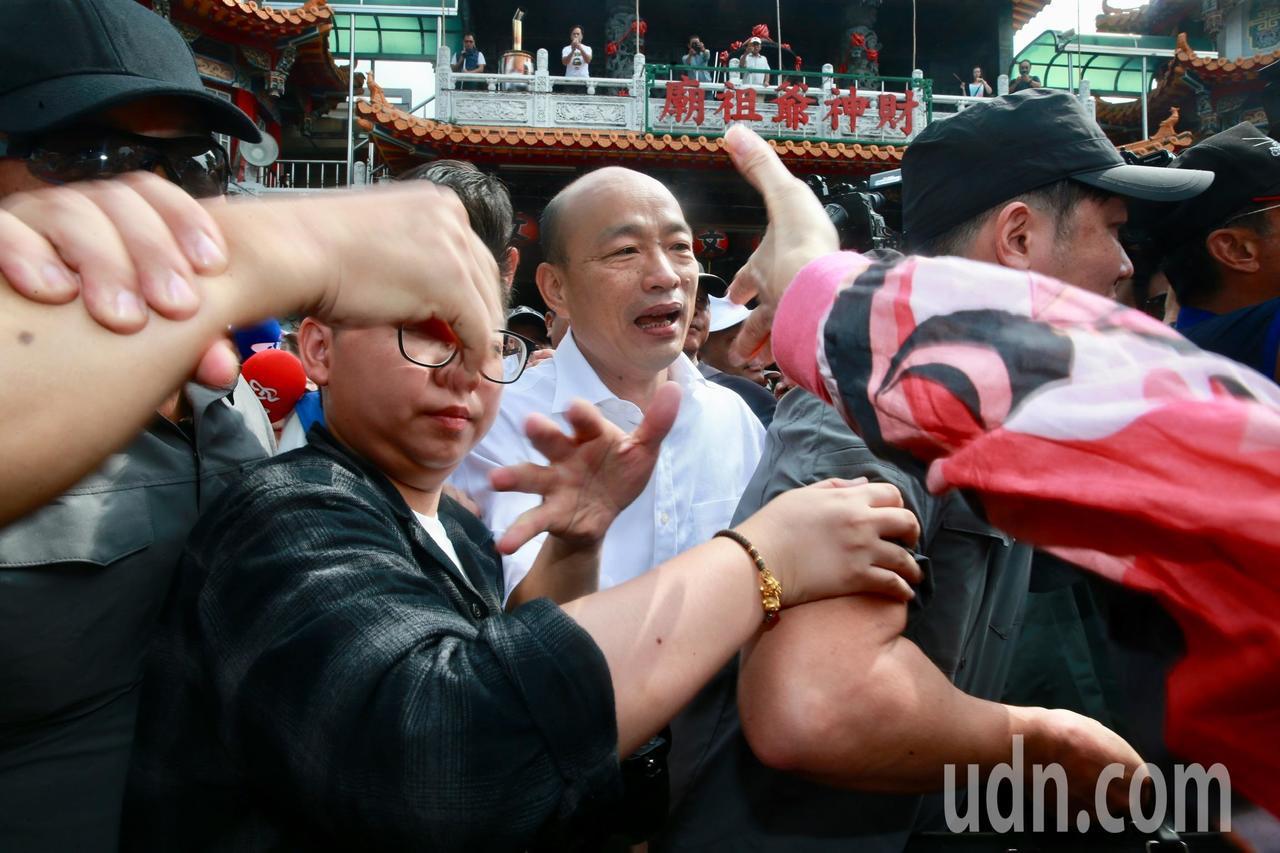 韓離去登車揮手向民眾致意時,安全人員為防止「蛋襲」, 層層保護。記者黃義書/攝影