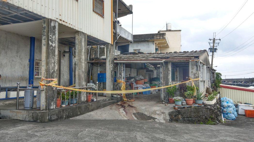 老翁在漁港拾獲未爆彈切割時,當場炸死,家屬不滿為何爆裂物在港邊垂手可得。 記者戴...