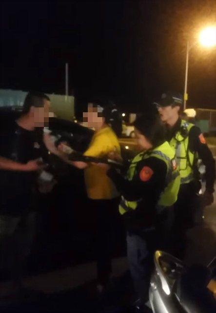一名男子不斷對員警大小聲,說警察嚇到他的小孩,女子則極力勸阻男子,希望安撫他的情...