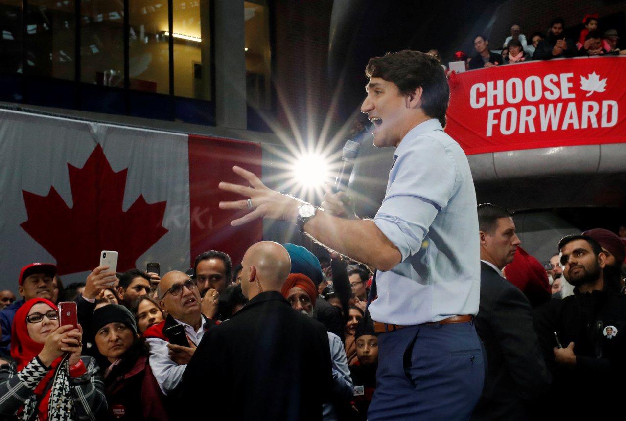 加拿大21日大選,總理杜魯多(中)在最後關頭,全力發動猛攻搶票。他領導的自由黨雖...