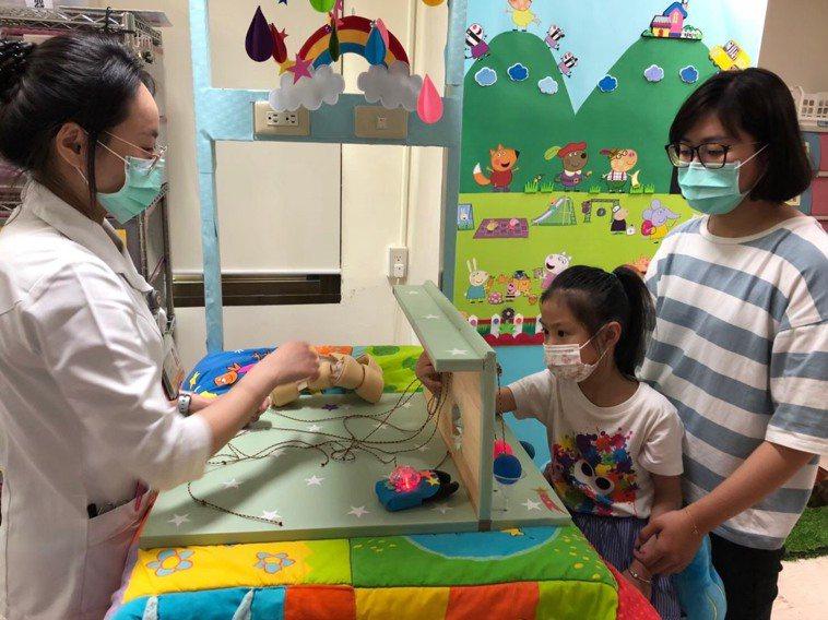 高雄市大同醫院兒科團隊自創兒童專用注射台,注射室也改造成開心農場,打針前先玩闖關...