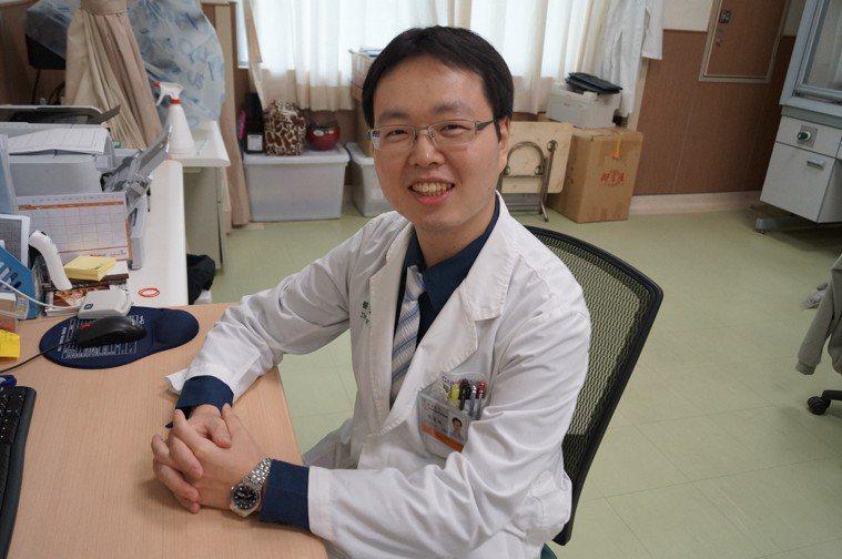 安南醫院心臟內科醫師陳韋廷說,民眾如出現胸悶、胸痛及冒冷汗等症狀,最好提高警覺趕...