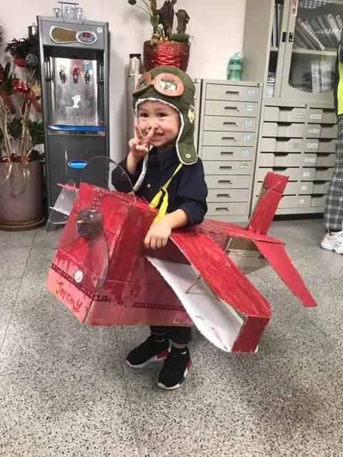 台中市第四警分局南屯所昨天下午配合在地社團辦理萬聖節活動,學童精心打扮的服裝,讓...