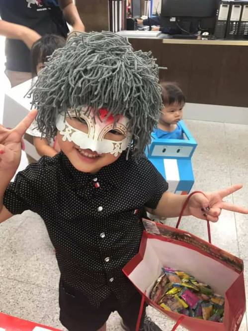 台中市第四警分局南屯所昨天下午配合幼兒園辦理萬聖節活動,學童精心打扮的服裝,讓警...