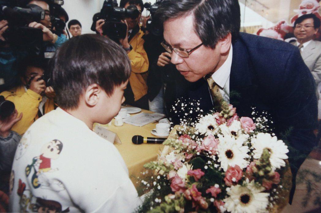 蕭仁豪(左)在母親、陳莉茵和曾敏傑等人的陪同下,召開記者會,時任藥政處長胡幼圃(...