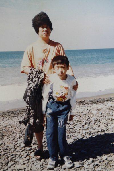 罹患罕病的蕭仁豪(中)從小肝脾腫大,嚴重到難以行走,需要媽媽賴阿美(左)攙扶。圖...