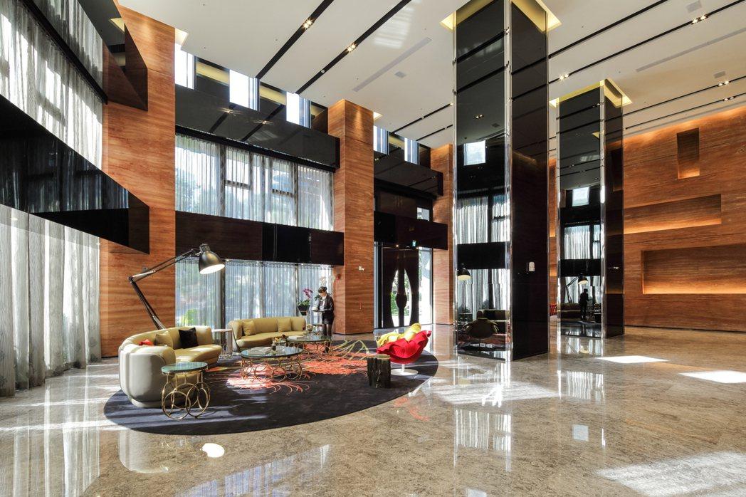 「逸文苑」大廳挑高十分氣派。圖/京城建設提供